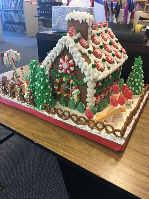 Large_gingerbread_house_front_view